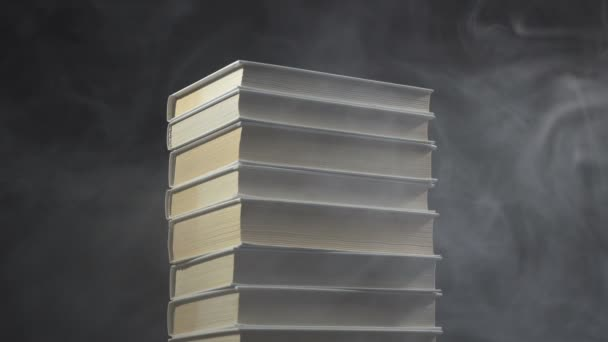 Knihy a pára kouř na černém pozadí