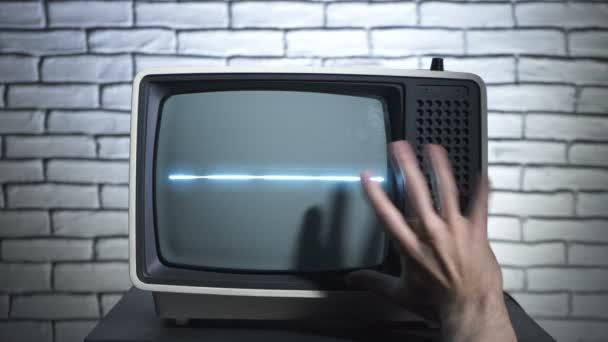 Retro TV és megható kéz videóval