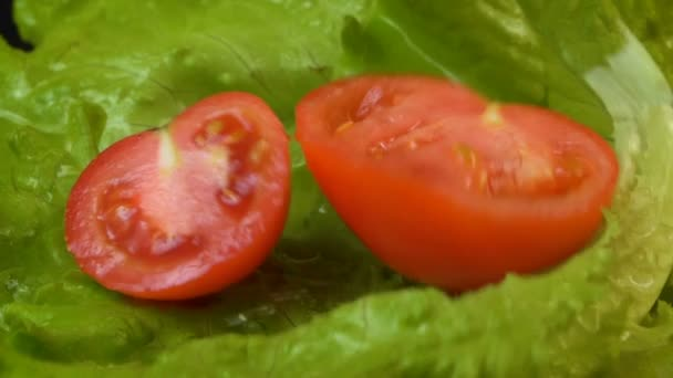 Video o padající polorajčaty na salát