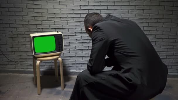 Videó az ember a kabátot nézi retro TV