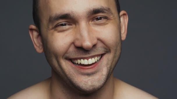 Video s úsměvem bruneta dospělý muž