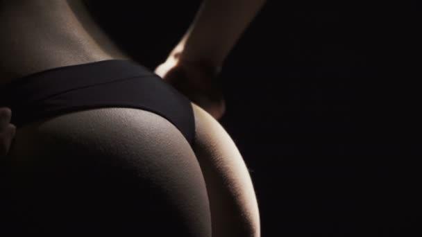 Video o svlékat dámské kalhotky s sexy boky
