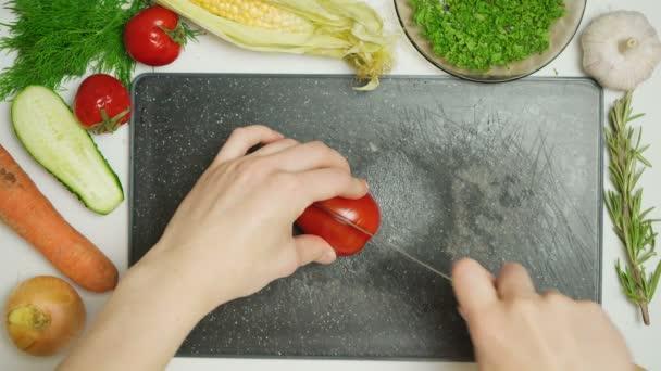 Video vom Tomatenschneiden in der Küche
