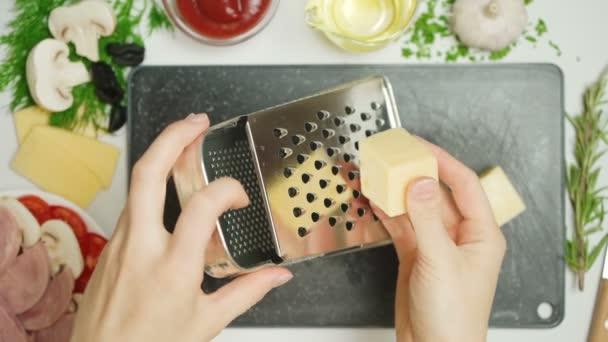 Video strouhaného sýra v kuchyni