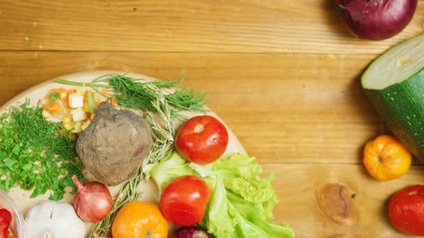 Video sezónní zeleniny točící se na stole
