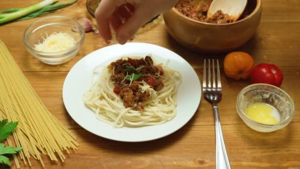 Ruční video z různých těstovin v kuchyni