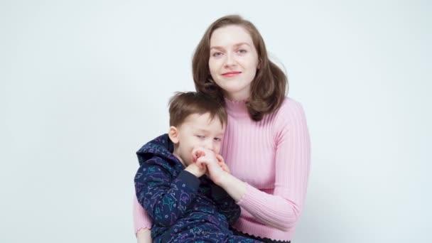 Video usmívající se maminka objímající malého chlapce