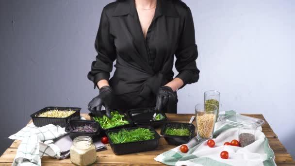 Videó nő fekete ruha főzés saláta mikro zöld