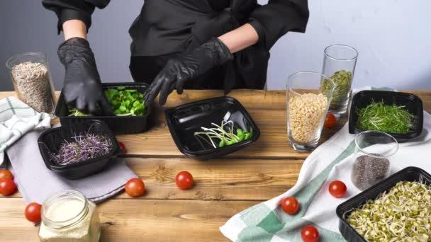 Videó fekete kesztyűs nő főzés saláta mikro zöld és magvak