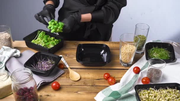 Lövöldözés egy fekete ruhás nő főzés saláta mikrozöld és magvak