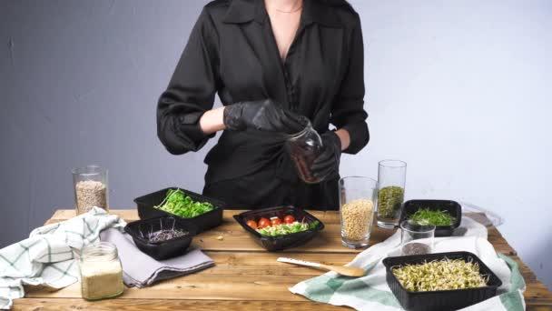 Videó nő fekete ruhában főzés saláta mikro zöld és magvak