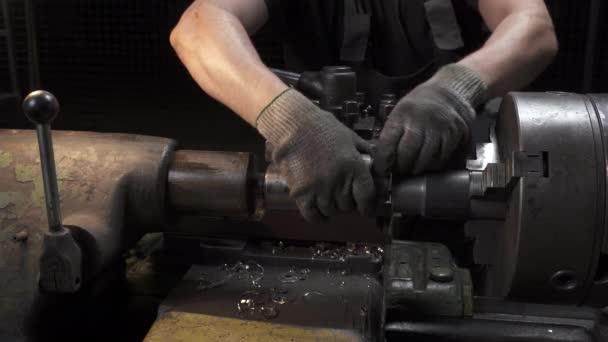 Video vom Arbeitsprozess an der Drehmaschine in der Werkstatt