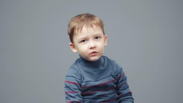 Natáčení malého usměvavého čtyřletého chlapce