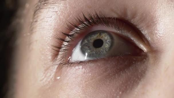 Detailní záběr dívky se slzami v očích