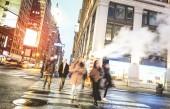 Zebra átkelőhely nyugati sétáló emberek 31 st Manhattan - zsúfolt utcáin New York City csúcsforgalomban városi üzleti területen - meleg desaurated szűrő elmosódott mozgás a gyalogosok