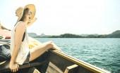Fotografie Mladá žena sólo cestovatel na výlet výlet lodí na jezeře - Wanderlust cestování koncept s dobrodružství dívka turistické Poutník na Thajska a jihovýchodní Asie dobrodružství - teplé azure filtru