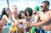 Multirazziali amici divertendosi bere vino champagne a vela barca partito - concetto di amicizia con giovani multi razziale persone sul filtro azzurro brillante di barca a vela - lifestyle Travel su location di lusso-