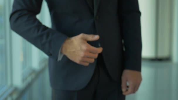 obchodník dává otevřené ruce pomalý pohyb 4k