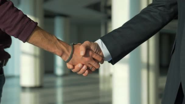 dva lidé s metodou handshake pomalý pohyb 4k