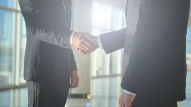 dva podnikatelé s rukou v hale, pomalý pohyb 4k