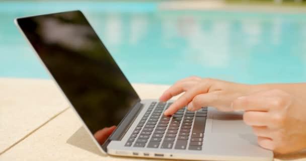 žena používající notebook venku