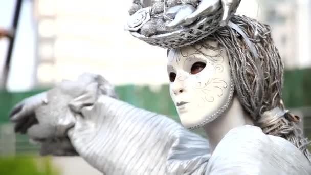 Das Gesicht des Mädchens bei der Maskerade im venezianischen Anzug verbirgt eine geheimnisvolle Maske. Tanz mit dem Feuer in der Nacht. Konzeptidee für Tanz