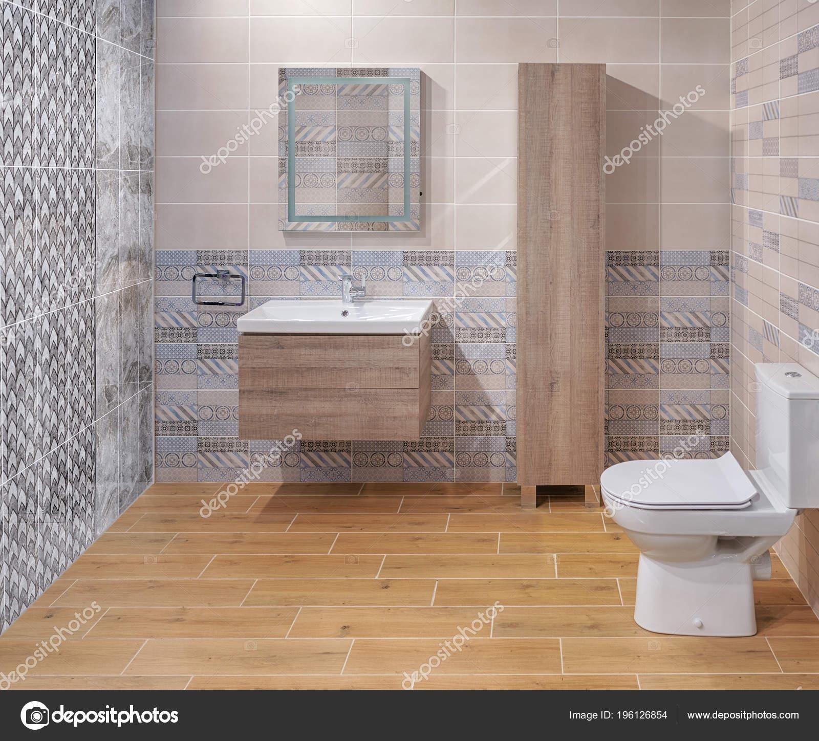 Moderne Badkamer Met Toilet Wastafel Wandbekleding Van Keramische ...
