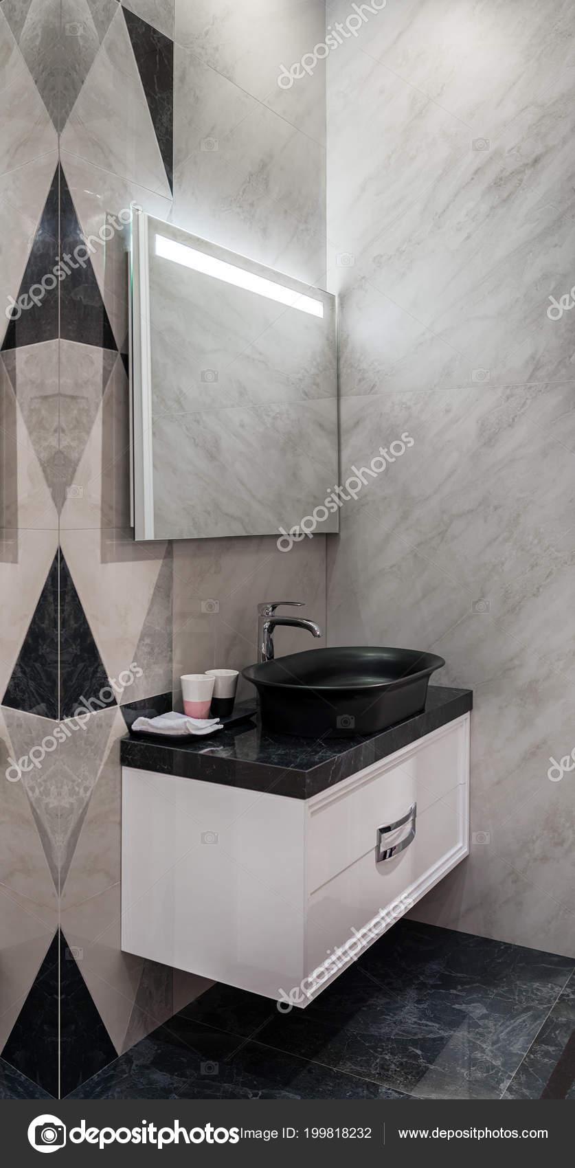 Specchio Bagno Nero.Bagno Moderno Con Lavabo Nero Specchio Con Led Foto Stock