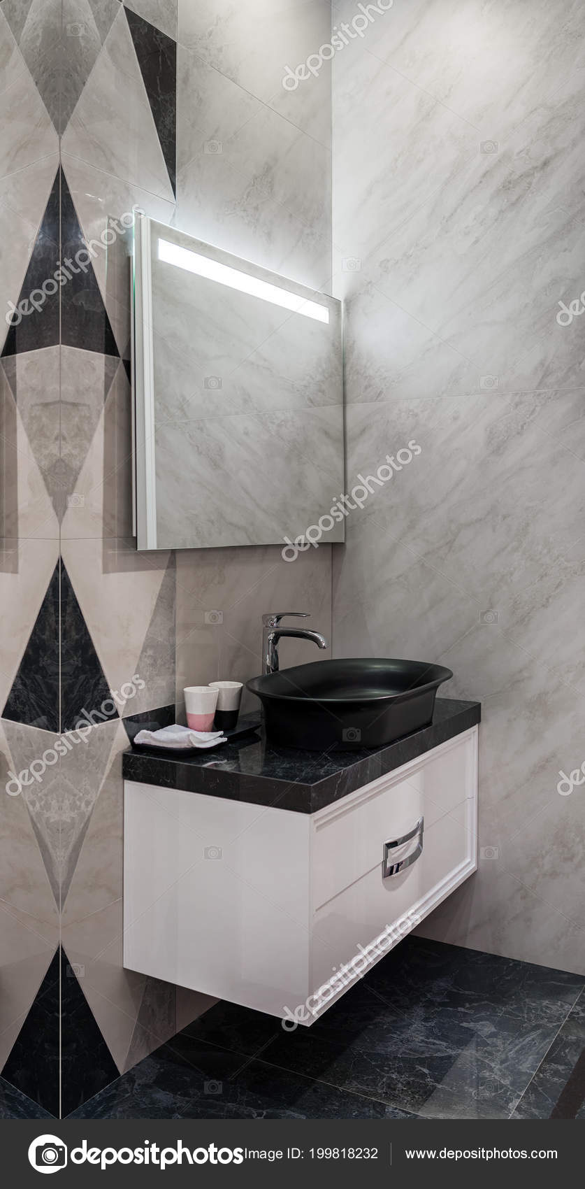 Moderne Badkamer Met Zwarte Wasbak Spiegel Met Led — Stockfoto ...