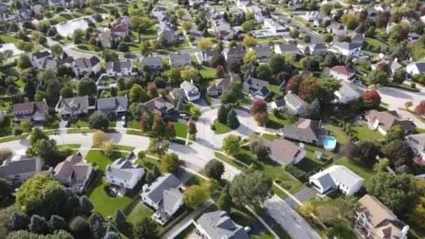 Nad hlavou letecký pohled na barevné podzimní stromy obytné domy a dvory podél příměstské ulice v oblasti Chicaga. Midwest USA