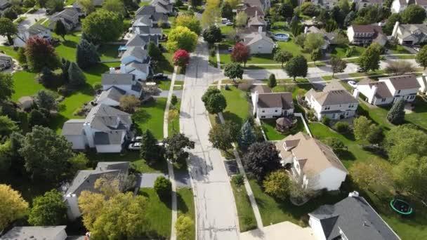 Fölötti légi kilátás színes őszi fák, lakóházak és udvarok mentén kertvárosi utcában Chicago területén. Közép-nyugat Egyesült Államok