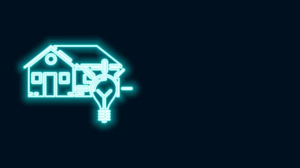 Ragyogó neon vonal Intelligens ház és villanykörte ikon elszigetelt fekete háttérrel. 4K Videó mozgás grafikus animáció