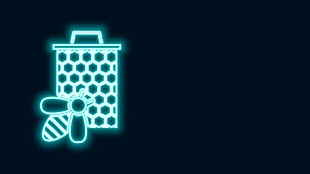 Leuchtende Neon-Linie Biene und Wabensymbol isoliert auf schwarzem Hintergrund. Honigzellen. Süße natürliche Nahrung. Honigbiene oder Apis mit Flügeln Symbol. Fliegendes Insekt. 4K Video Motion Grafik Animation