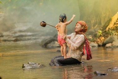 anne ve oğlu tak nehir üzerinde bir banyo