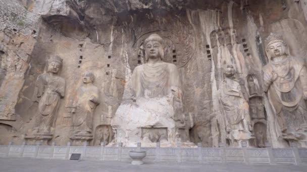 Panorama obrovských buddhistických plastik v hlavní jeskyni Longmen (Fengxianská jeskyně). Čínský buddhistický a nejskvělejší umělecká jeskyně, Luoyang, provincie Henan, Čína