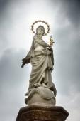 Jungfrau Maria Statue Brunnen gegen bewölkten Himmel, Deutschland