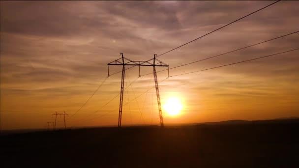 západ slunce na pozadí elektrického vedení