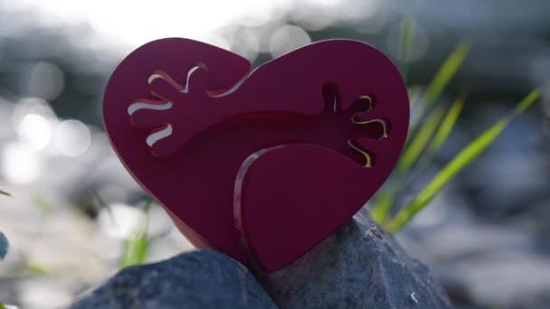symbolisches Herz mit Umarmungen auf dem Hintergrund des Flusses