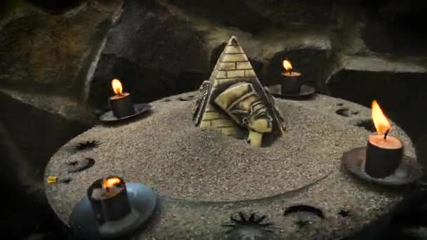 Stále život s hořícími svíčkami a starověkými egyptskými symboly