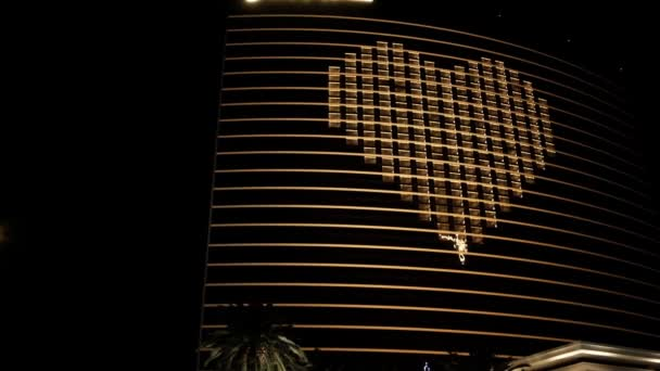Uzavřený Wynn Encore se symbolem srdce, Las Vegas a policejním autem během Covid-19