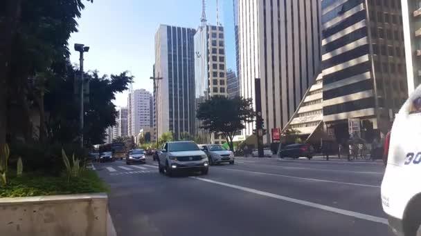 Policie, auta a veřejný autobus v provozu na Avenida Paulista. Každodenní scenérie