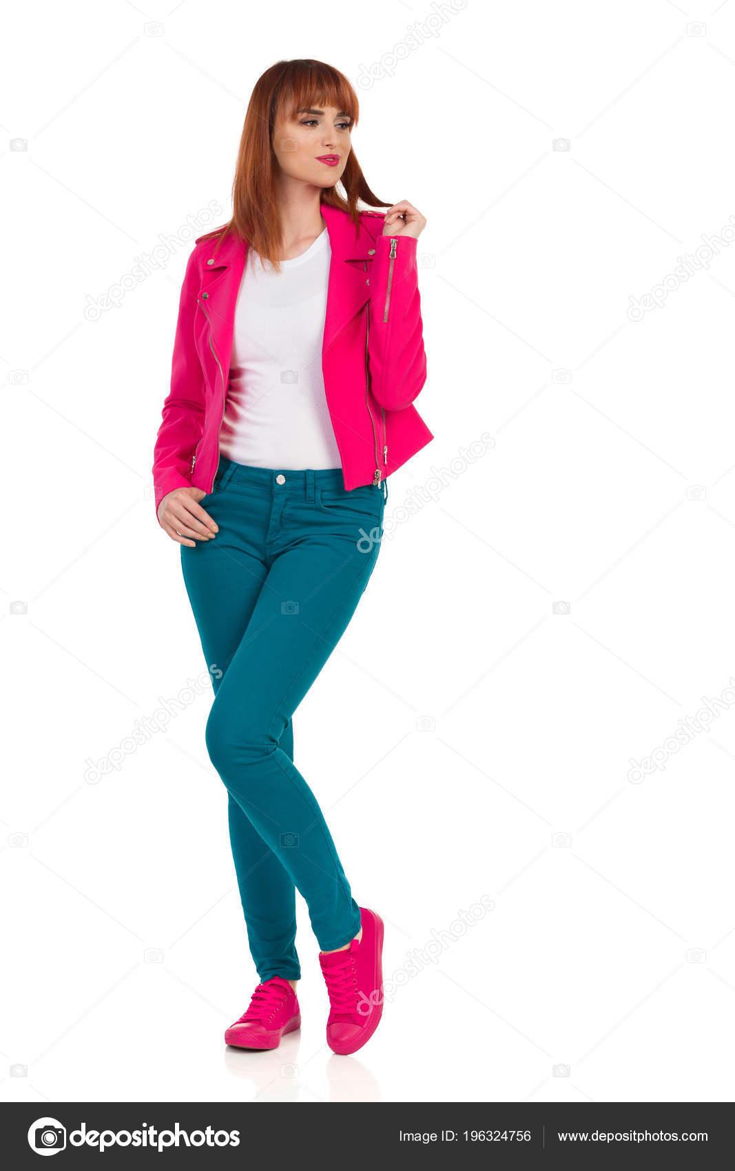 7bb5f52c943a Νεαρή Γυναίκα Ροζ Σακάκι Ξεκούμπωτο Πράσινο Τζιν Και Sneakers Είναι —  Φωτογραφία Αρχείου