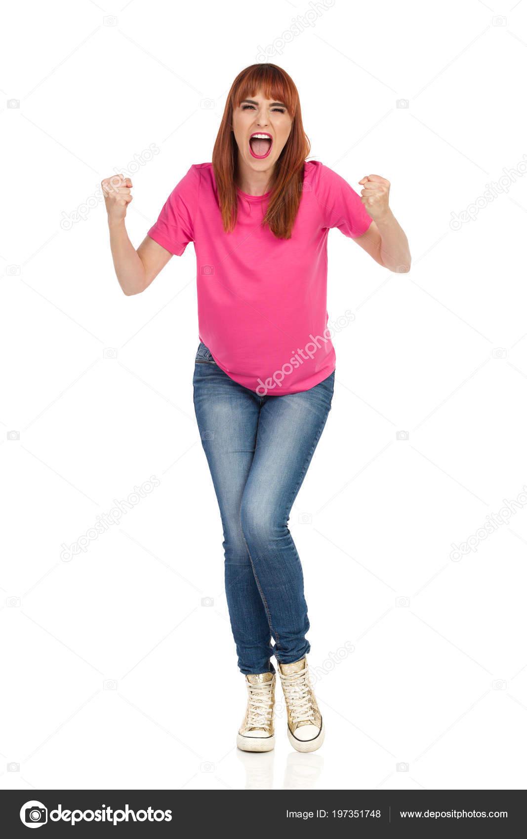 b955a9119fbc Θυμωμένος Νεαρή Γυναίκα Ροζ Μπλουζάκι Τζιν Και Χρυσό Πάνινα Παπούτσια–  εικόνα αρχείου