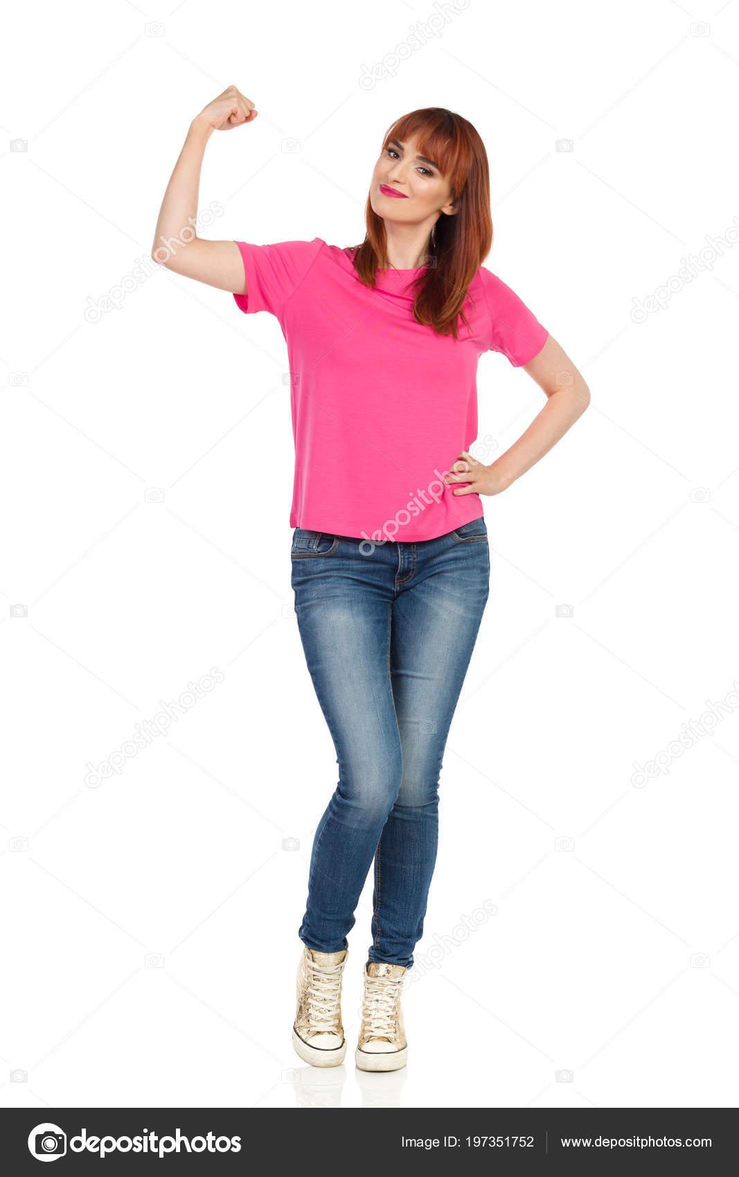 f6b8e33a3928 Ευτυχισμένος Νεαρή Γυναίκα Ροζ Μπλουζάκι Τζιν Και Χρυσό Πάνινα Παπούτσια–  εικόνα αρχείου