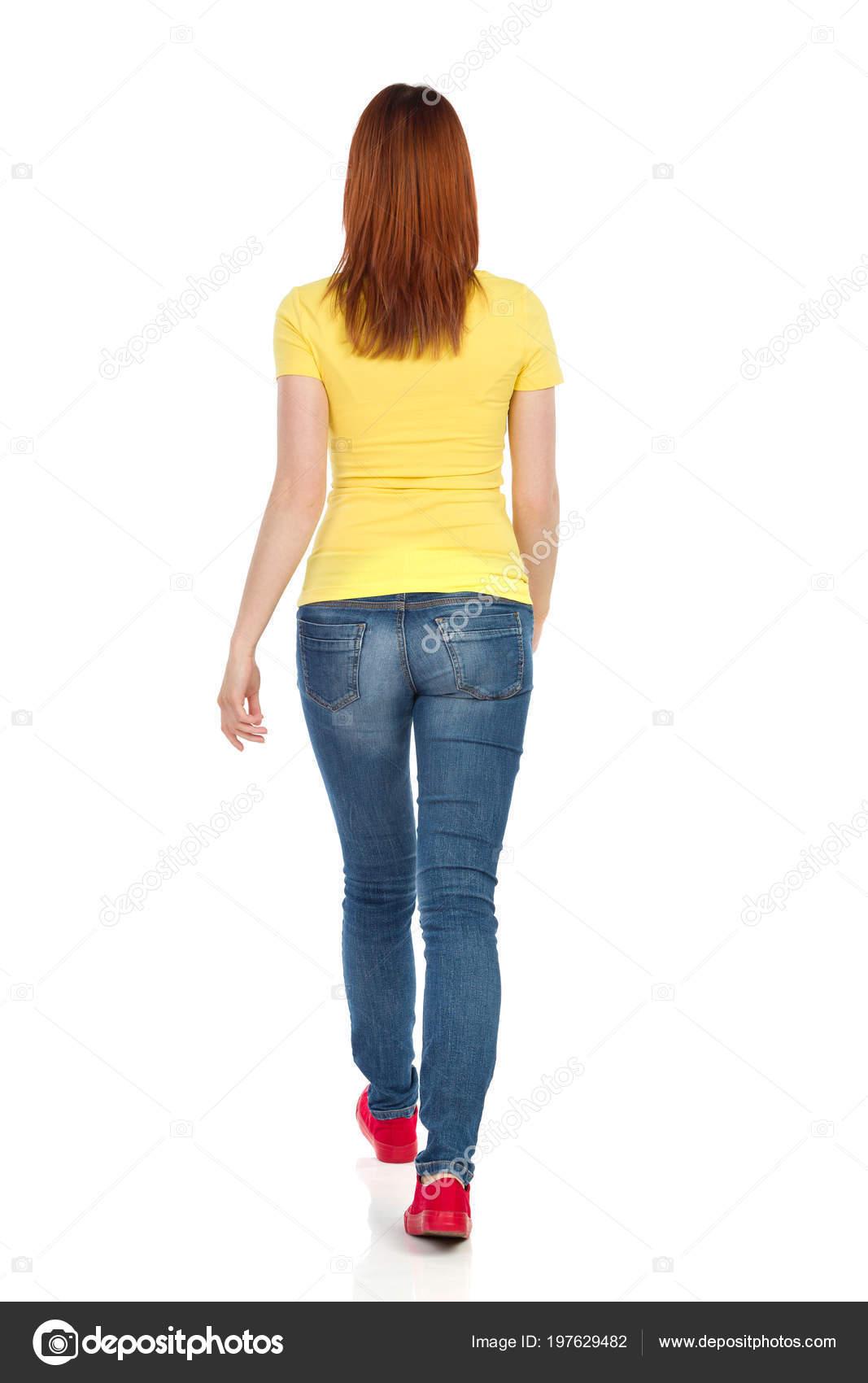 b257ee7f9b32 Νεαρή Γυναίκα Στο Κίτρινο Μπλουζάκι Τζιν Και Κόκκινα Αθλητικά Παπούτσια —  Φωτογραφία Αρχείου