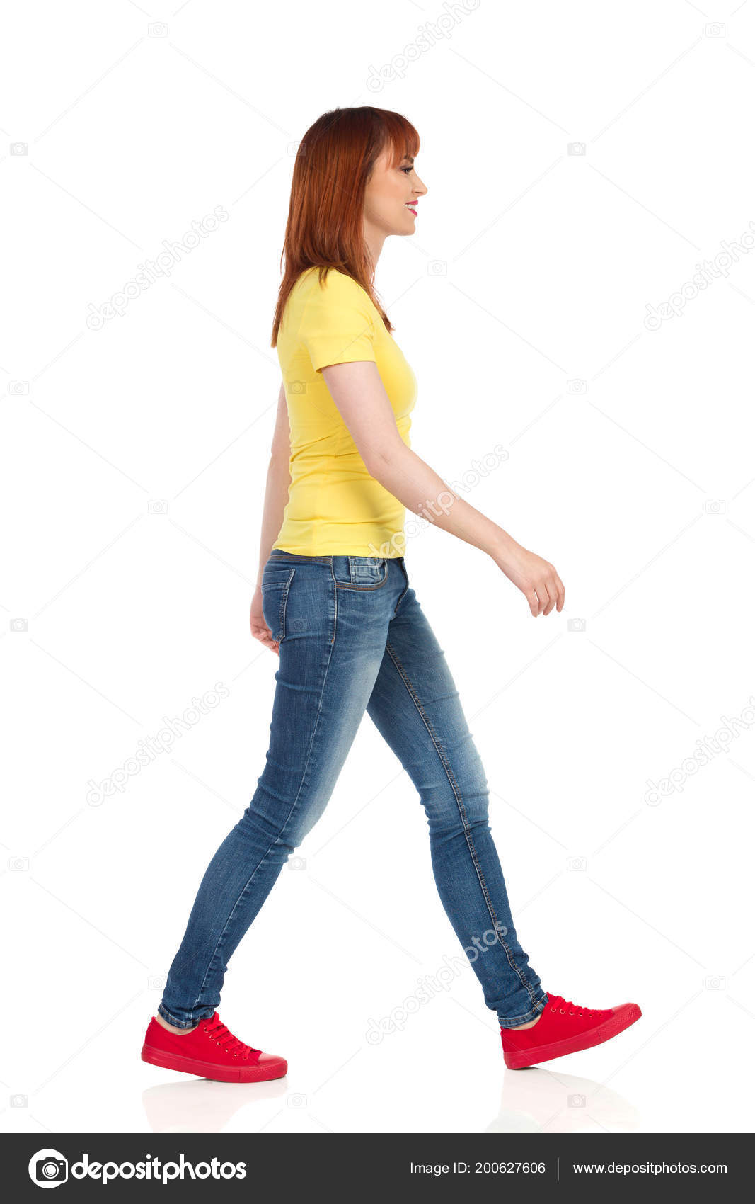 acba1af391f4 Νεαρή Γυναίκα Στο Κίτρινο Πουκάμισο Τζιν Και Κόκκινα Αθλητικά Παπούτσια —  Φωτογραφία Αρχείου