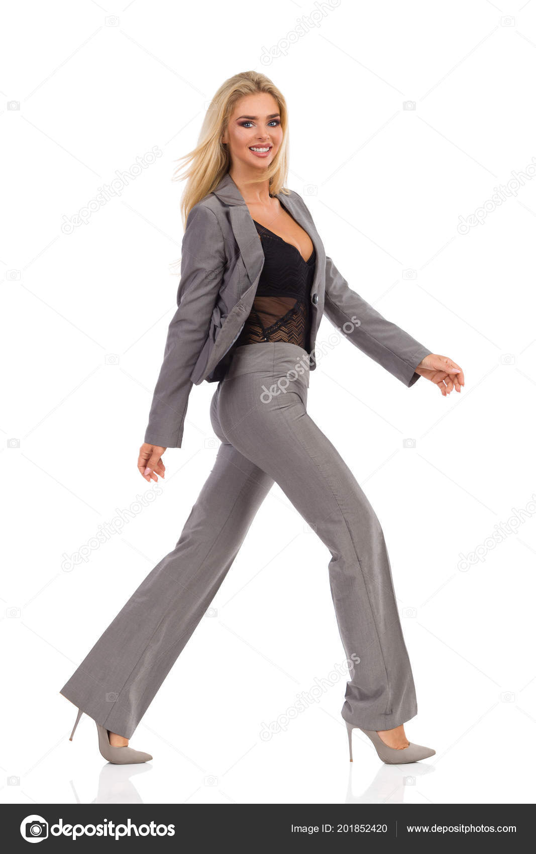 Feliz Hermosa Mujer Rubia Traje Gris Tacones Caminando Mirando Cámara —  Foto de Stock a858f8179a14