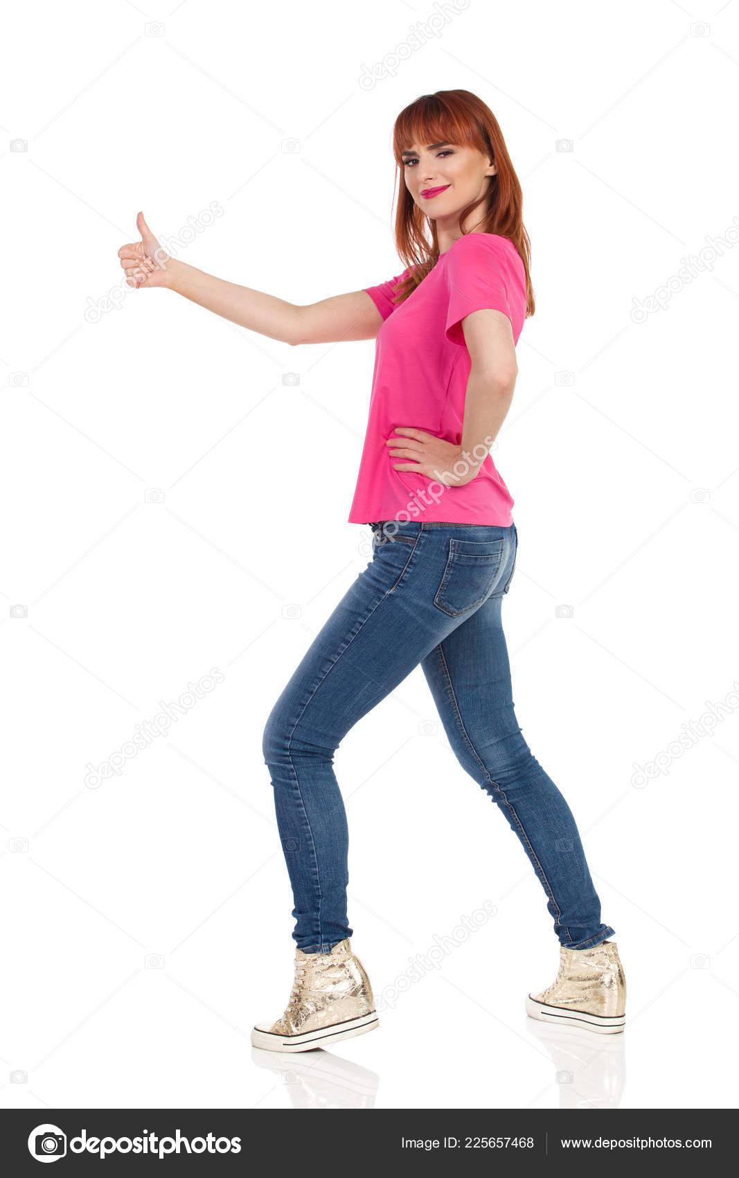 8d5602495685 Υπερηφάνεια Νεαρή Γυναίκα Ροζ Μπλουζάκι Τζιν Και Χρυσό Πάνινα Παπούτσια —  Φωτογραφία Αρχείου