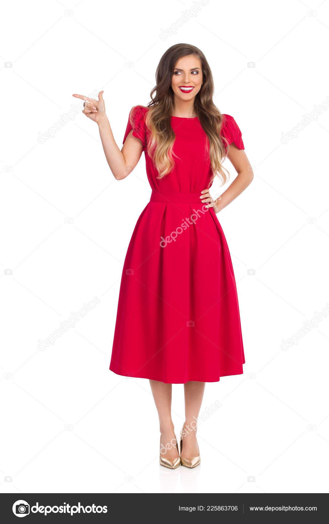 a58b5568c44 Belle Jeune Femme Robe Rouge Talons Est Debout Recherche Loin ...