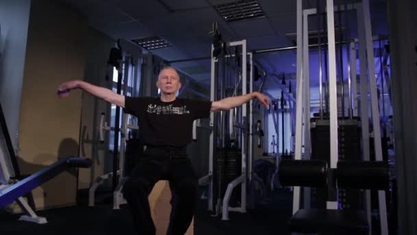 ein Mann des Alters macht Gelenkgymnastik für das Handgelenk in der gym.wrist rotation.copy space.